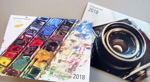 Weihnachtskarten und neue Kalender an der Rezeption