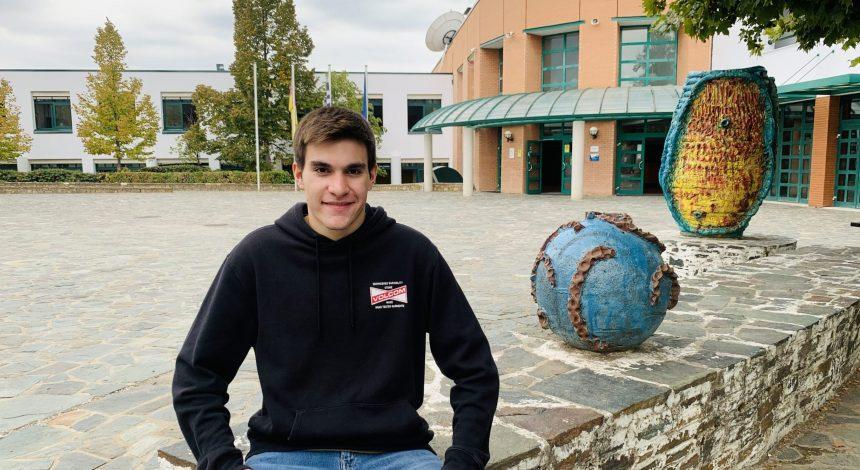 """Thodoris Kanellopoulos, Schüler Der 12. Klasse Der DST, Als Sprecher Im Jugendparlament Zum Thema """"Umwelt Und Bildung""""."""